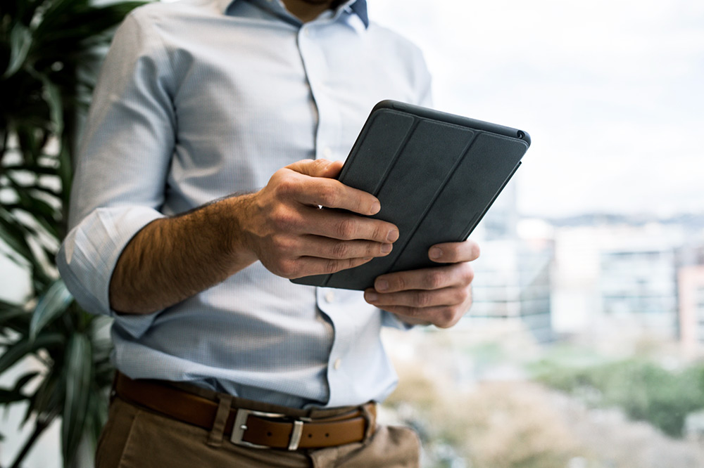 Homme consultant sa tablette